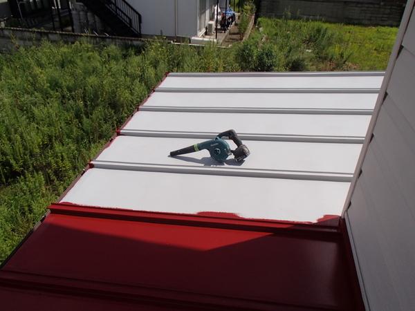 トタン屋根塗装 上塗り1回目塗装中