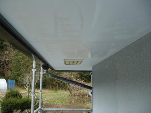 外壁塗装 軒天 カビ除去中
