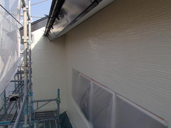 外壁塗装 金属サイディング 上塗り1回目塗装中