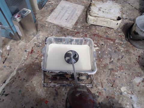 水性2液形アクリルシリコン樹脂塗料 撹拌